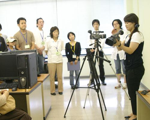 先生からビデオカメラの使い方を教わります