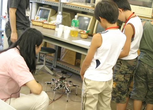 学生作品展示コーナーでは,ロボットの操作もできました。