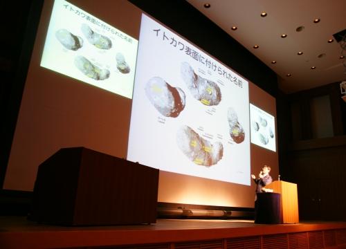 吉川博士は,スライドを使って分りやすく解説。