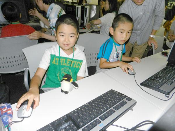 「星を見るのが大好き」という参加した小学生兄弟。パソコン上に輝く星を見つめ「いつかは行ってみたい」。