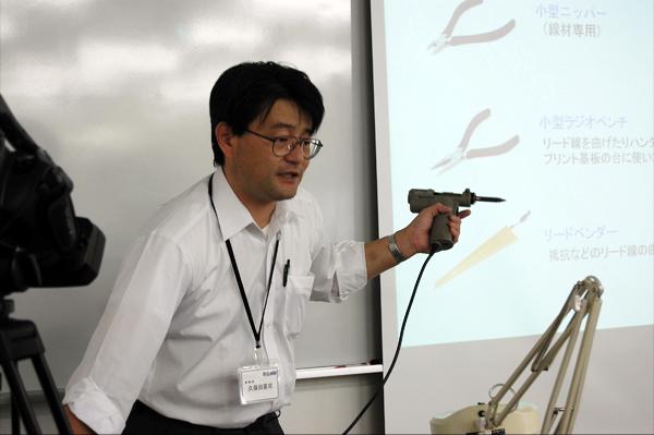 工具の説明をする久保田英司先生。
