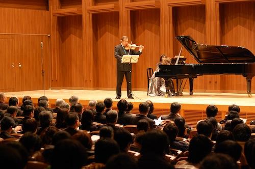 追悼コンサートで演奏するグレブ・ニキティンさんと杉谷昭子さん