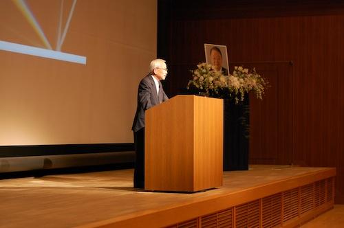 長谷川利治先生の業績を紹介する茨木学長