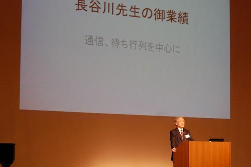 通信工学の分野の業績を紹介する高橋・京都大学大学院教授