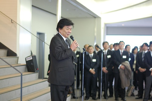 「偲ぶ集い」であいさつする長谷川亘統括理事長