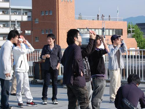 日食メガネを当てて観測する参加者