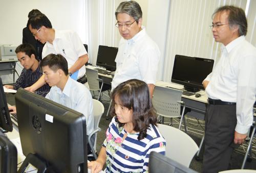 本学の教員によるデータベースシステムのインストールから運用管理までの研修を受けるベトナム研修員