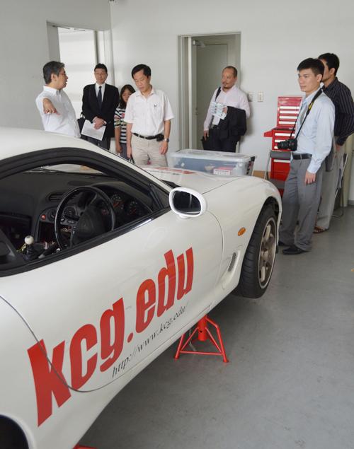 自動車制御学科の実習室では,興味津々の様子でした