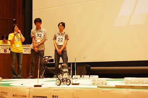 爆走する「ドット京都」のロボット。