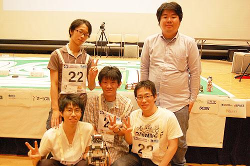 「ドット京都」のメンバー。前列左より,廣戸さん,浦上さん,山﨑さん。後列左より,山内さん,河地さん