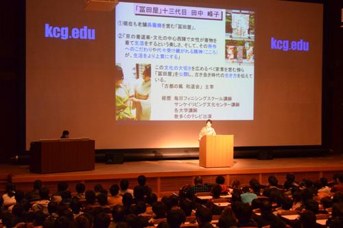 「情報化社会と伝統文化」と題して講演した田中峰子さん。年中行事について詳しく解説しました。