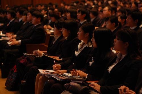 熱心に耳を傾ける学生たち