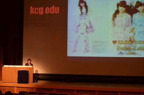 「クールジャパンとコンテンツ産業」と題し,日本の産業の変遷や,ファッション産業などについて語る中村氏