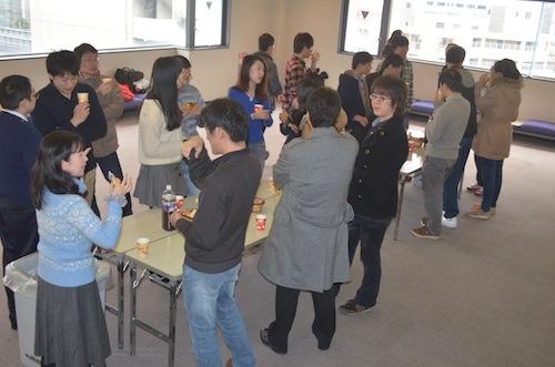 喫茶を囲んでの「コーヒーアワー」では,中村氏と受講者が歓談しました