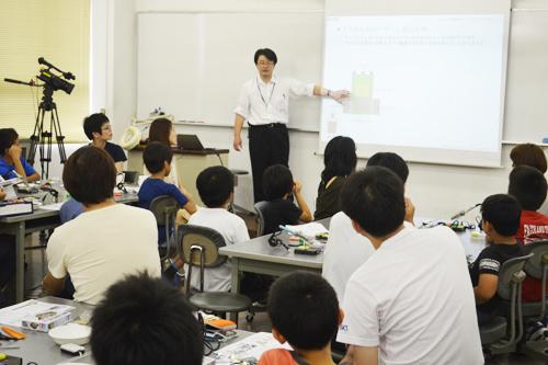 KCGの久保田英司先生がマイコンの基礎知識や「ライントレーサー」の仕組みを説明