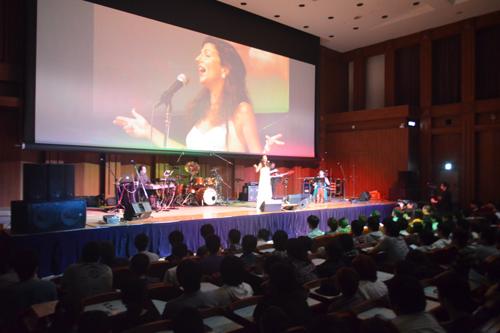 KCGグループの創立50周年記念CDアルバム「MU∑A」の発表と,「.kyoto」の運用開始を記念したコンサートで熱唱するニッツァ・メラスさん