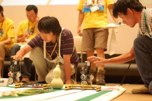 出走の一瞬。「京都カレーグルメ.edu」のロボットは8番。出走のスイッチを押しているのは浦上宗樹さん。