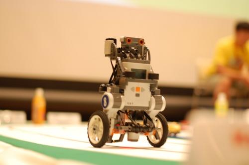 爆走するロボット。
