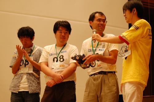 走行後,インタビューを受けるチームのメンバー。右から奥田茂人さん,河地裕介さん,浦上宗樹さん。