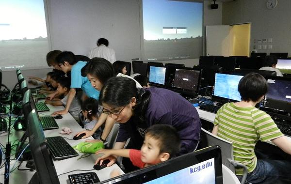 天体シュミレーションソフトを使って,未来に起こる皆既日食を再現!参加者は,小さな子供から大人まで楽しんでいました。