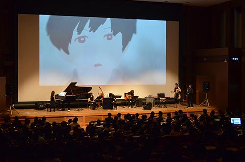 寺嶋民哉さんによるミニ講義「映像と音楽について」では,KCGの卒業生が作ったアニメに,寺嶋さんがさまざまな曲をつけて披露しました