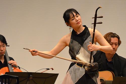 野沢さんは日本を代表する二胡奏者。KCGの学生に映像と音楽のコラボレーションを呼び掛けてくださいました