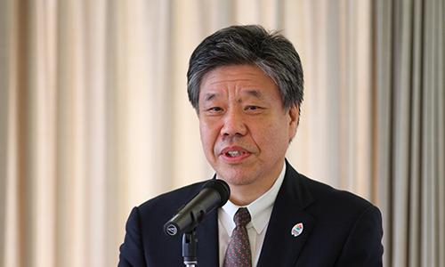 あいさつで「サイバー空間に品格のある京都の街をつくり上げてもらいたい」と語る京都府の山下晃正副知事