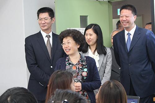KCG京都駅前校を訪れた中国・大連の朱副市長ら(2015年10月7日)
