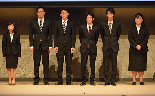 シンポジウムで,性犯罪抑止のために開発したアプリについて発表するKCGの学生プロジェクトチーム「Mobile Police」のメンバー=2015年11月16日,国立京都会館