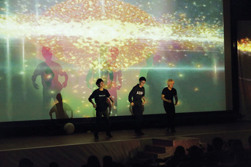 KCGダンスサークルが披露した元気な踊り
