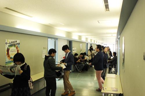 順番待ちの学生でいっぱいの廊下