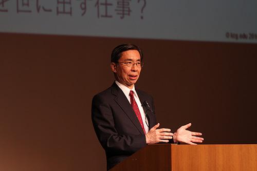 求められるIT技術者について講演する田中久也教授