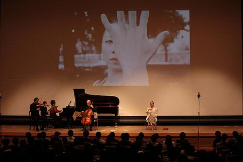 パフォーマンスと映像が加わり,舞台芸術をつくり出しました(2016年11月4日,京都コンピュータ学院 京都駅前校コンサートホール)