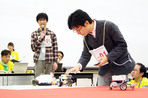 老人ホーム巡回ロボットの実演をするKCGIチーム