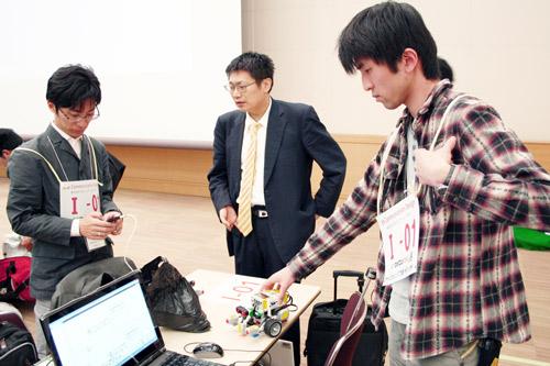 アドヴァイザーの江見圭司KCGI准教授と打ち合せをするチーム