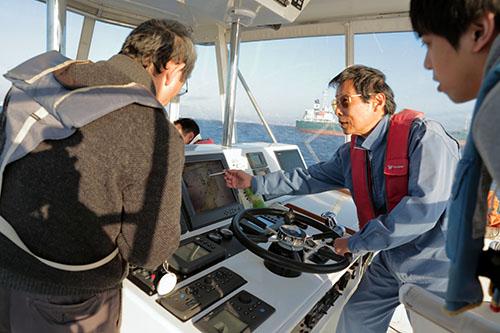 上部にある操舵室で航海中に船長から説明を受ける
