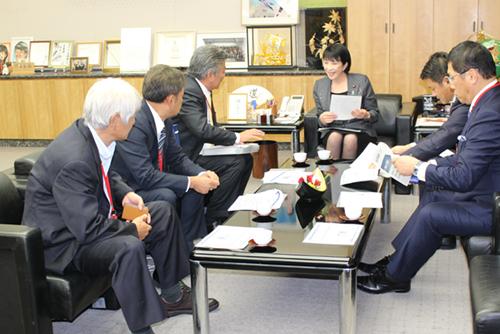 高市早苗総務大臣に提言内容を説明する長谷川亘KCGグループ統括理事長(左から3番目)