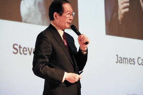 「HTML5が創り出す新たな世界」と題して講義するNPO法人エルピーアイジャパンの成井弦理事長=2017年1月13日,京都コンピュータ学院京都駅前校大ホール